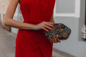 bolso vestido rojo invitada