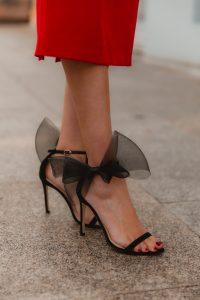 sandalia negra lazo invitada