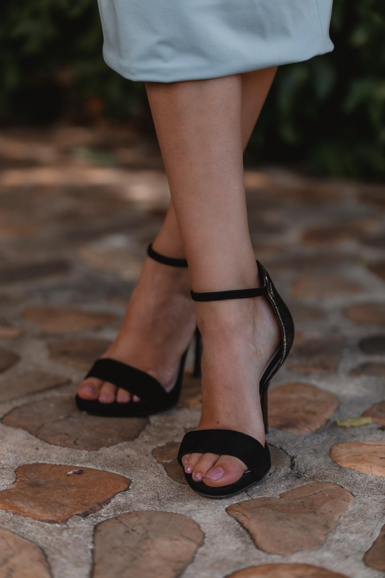 sandalias negras invitada