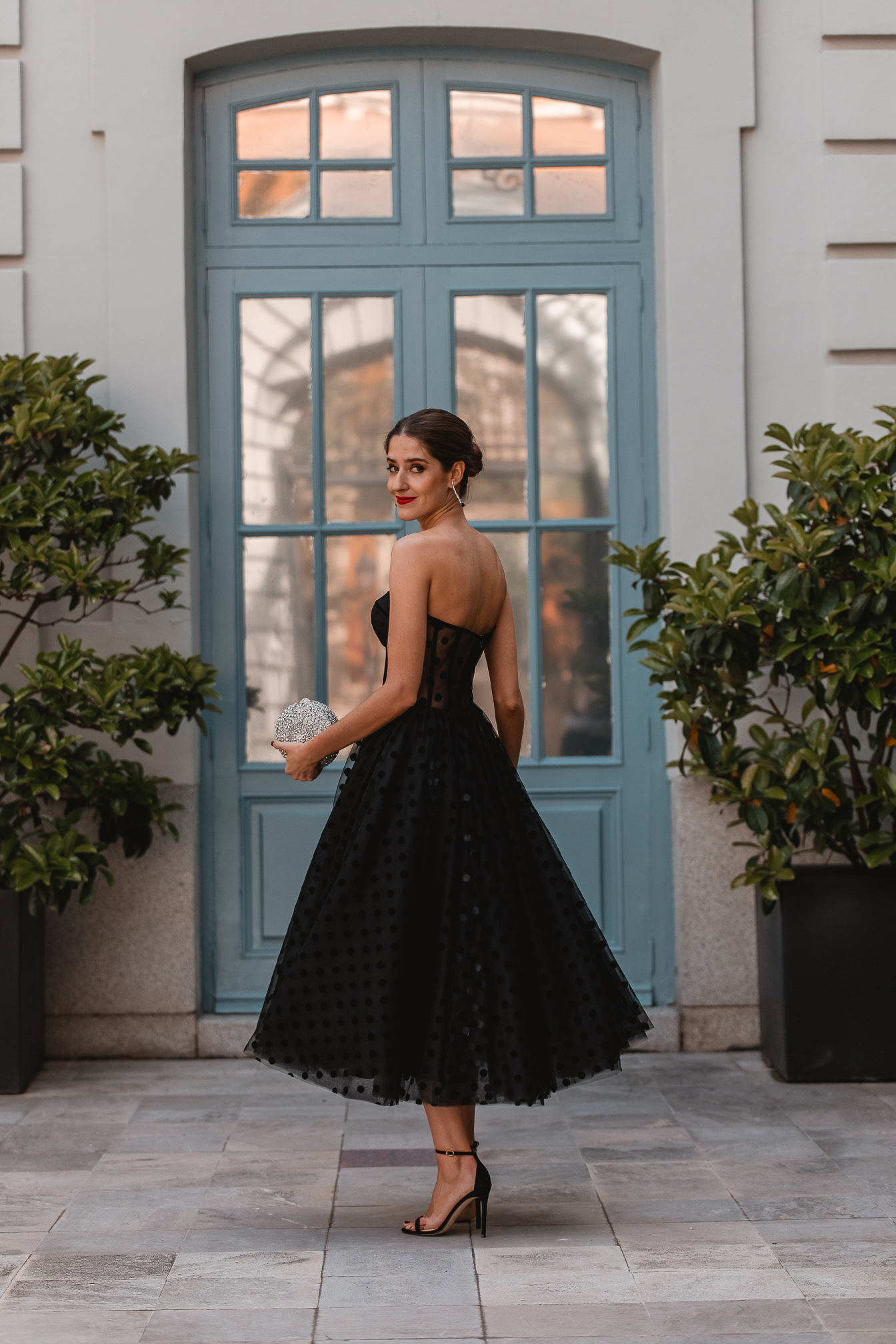look invitada noche vestido negro