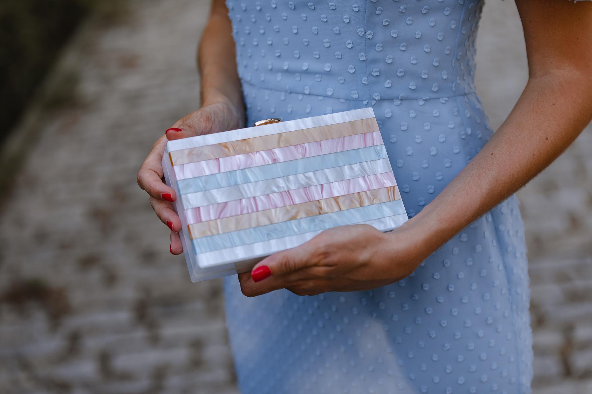 bolso azul rosa beige invitada
