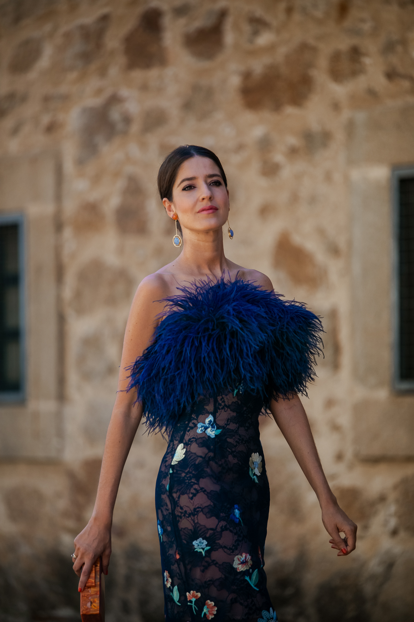 Invitada perfecta Alicia Rueda plumas