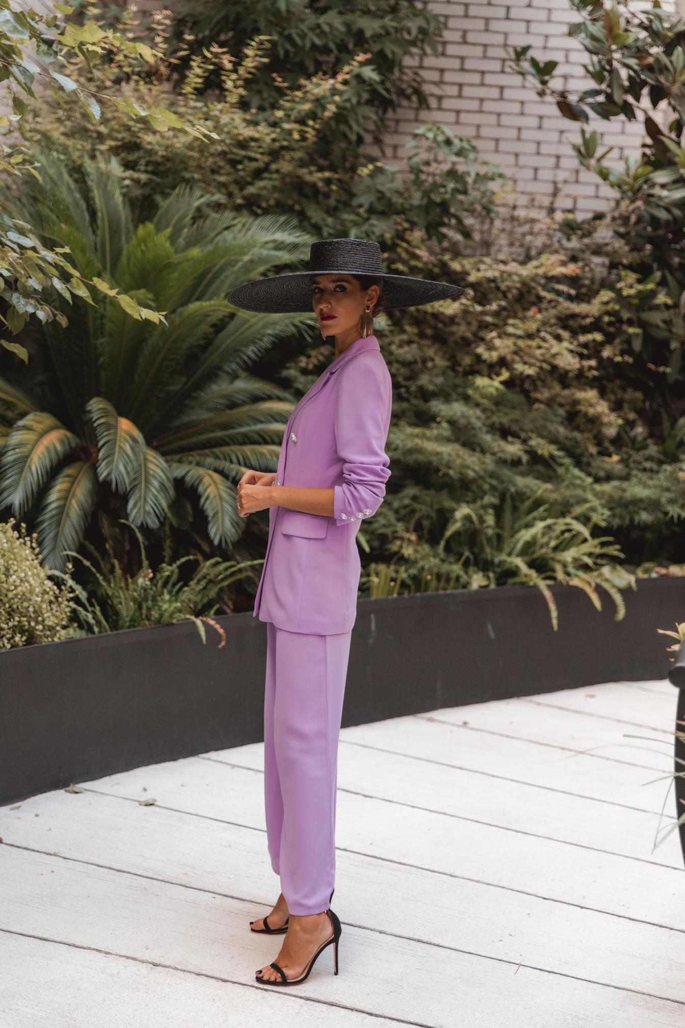 look invitada otoño traje lila