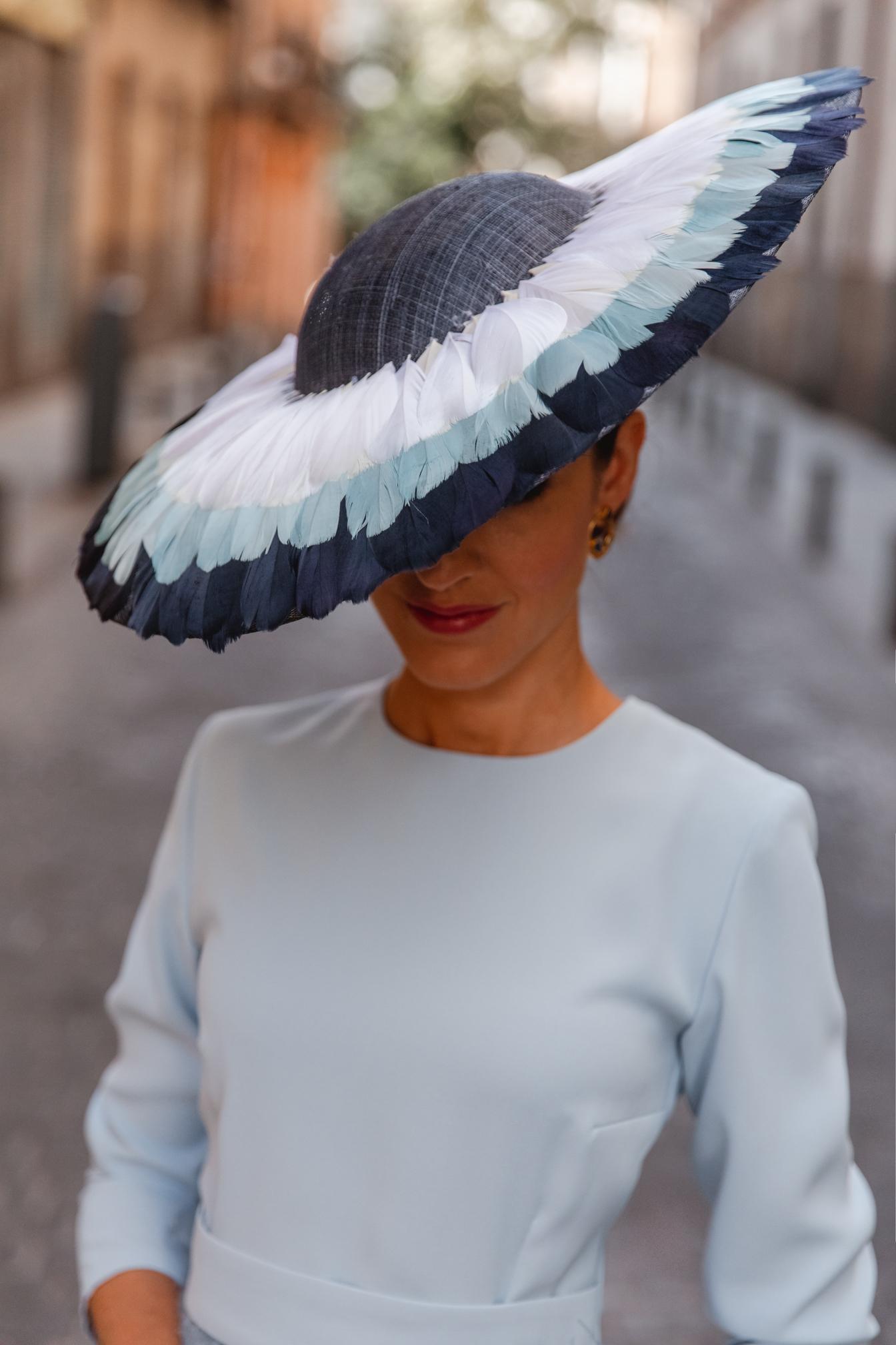 Pamela azul plumas invitada