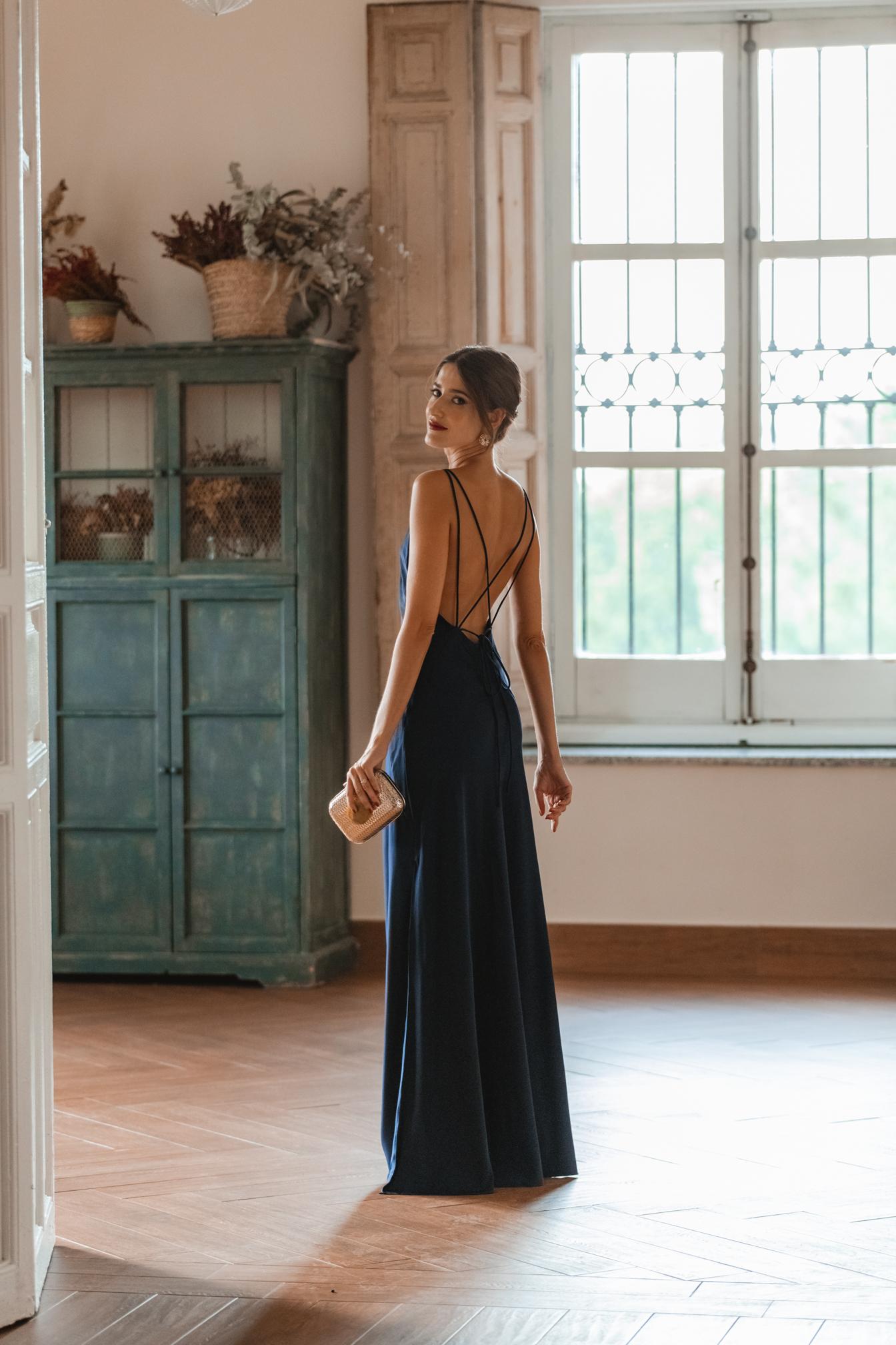invitada perfecta noche vestido azul espalda